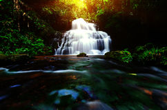 背景迷离Mandang瀑布在泰国 并且普遍t 库存照片
