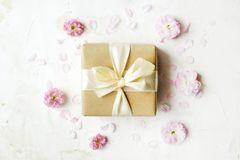 背景配件箱礼品粉红色范例空白文本的郁金香 容易的可移动的样品文本 图库摄影