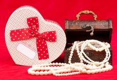 背景配件箱查出的珠宝白色 库存图片