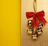 背景金黄响铃的圣诞节 免版税库存图片