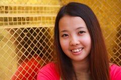 背景金黄微笑的泰国瓦片妇女 免版税图库摄影