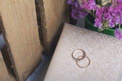 背景钮扣眼上插的花看板卡装饰装饰邀请婚姻白色的珍珠玫瑰 婚戒,组织表面上的谎言 干花花束附近 库存照片