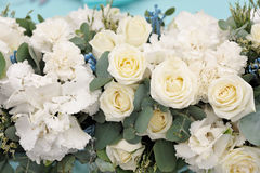背景钮扣眼上插的花看板卡装饰装饰邀请婚姻白色的珍珠玫瑰 在花束,特写镜头的美丽的花 库存图片