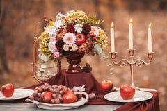 背景钮扣眼上插的花看板卡装饰装饰邀请婚姻白色的珍珠玫瑰 强调色接收样式紫罗兰色婚礼 图库摄影