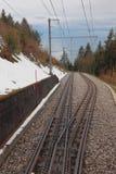 背景铁路手提箱培训旅行妇女 Paccot,蒙特勒,瑞士 库存照片