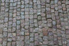 背景铺有鹅卵石的花岗岩路面 石路面纹理 老鹅卵石路面特写镜头抽象背景在Prag 免版税库存照片