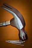 背景锤子固定木头 免版税库存图片