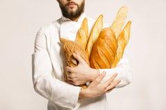 背景面包现有量查出的白色 新近地被烘烤的面包在手上  有bea的人 免版税库存照片