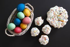 背景面包软绵绵地结块复活节彩蛋酥皮点心准备影子白色 被绘的鸡蛋和复活节杯形蛋糕 复活节款待 背景为春天宗教基督徒假日 库存照片