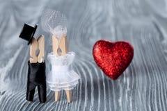 背景高雅重点邀请浪漫符号温暖的婚礼 男人、妇女和读的心脏 黑衣服的白色礼服的新郎和新娘 凝块 库存图片
