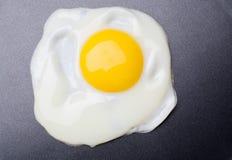 背景鸡蛋油煎了聚四氟乙烯 免版税图库摄影