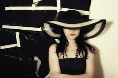 背景黑帽会议夏天妇女 免版税库存图片