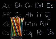 背景黑板用蜡笔画铅笔 免版税库存照片