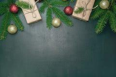 背景黑色圣诞节 金子和红色装饰品 Xmas decorati 免版税图库摄影