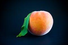背景黑色新鲜的桃子 免版税库存照片