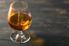背景黑色白兰地酒玻璃包括的查出的路径 免版税库存图片