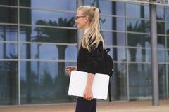 背景黑色藏品查出膝上型计算机妇女年轻人 免版税库存照片