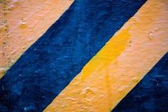 背景黑色黄色 路旁边边界块 在具体块纹理的黑和黄色条纹 图库摄影