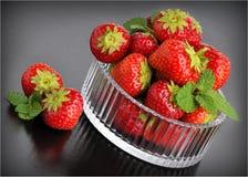 背景黑色glassbowl strawberrys 免版税图库摄影