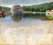 背景黑色grunge小山湖 免版税库存照片