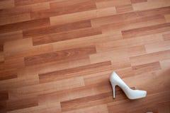 背景,新娘的一双白色鞋子在板条地板上说谎 免版税库存照片