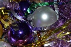 背景,明亮的紫罗兰,银色圣诞装饰,明亮的闪亮金属片 库存图片