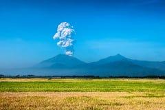 背景,火山爆发井的爆发 免版税图库摄影