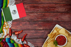 背景:与旗子和快餐的Cinco De马约角庆祝