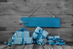 背景:圣诞节证件或优惠券与礼物在turquoi 免版税库存照片
