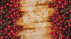 背景:在木切板的红浆果 免版税库存照片