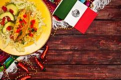 背景:庆祝Cinco的墨西哥国旗和炸玉米饼De马约角