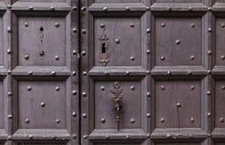 背景:老木门 样式中世纪欧洲& x28; France& x29; 免版税图库摄影