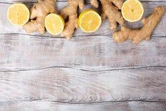 背景 健康的食物 戒毒所柠檬水、柠檬和姜的成份在白色木背景,顶视图,拷贝 库存照片
