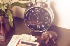 背景绘制财务oer笔报表白色 时间是金钱和财富 企业概念想法货币运算时间 免版税库存照片
