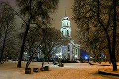 背景移动的云彩的大教堂 免版税库存图片