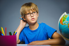 背景黑名册概念copyspace学校 怀疑,表示-认为在灰色背景的男孩 库存照片