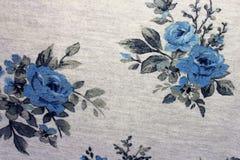 背景织品是灰色的与蓝色玫瑰 库存图片