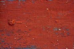 背景-老木表面被绘的委员会 特写镜头 时常所有崩裂的老红色油漆 免版税图库摄影