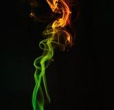 背景黑色五颜六色的烟 免版税图库摄影