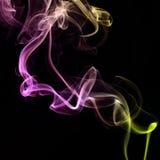 背景黑色五颜六色的烟 免版税库存图片