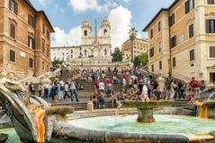 背景barcaccia教会dei前景喷泉monti罗马西班牙语步骤trinit 免版税图库摄影