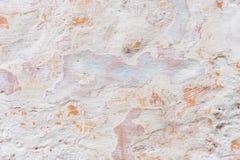 背景grunge构造了 有多层破裂的涂层的容量涂灰泥的墙壁 在的橙色芯片被粉刷的 库存照片
