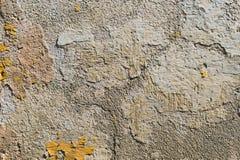 背景grunge构造了 有多层破裂的涂层的容量涂灰泥的墙壁 在的橙色芯片被粉刷的 免版税库存照片