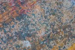 背景grunge纹理墙壁 绘崩裂有在底下铁锈的黑暗的墙壁 免版税库存图片