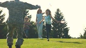 背面图在公园和拥抱到达了等待他familiy的战士 股票录像