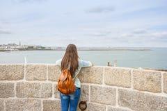 背面图妇女旅行 图库摄影