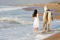 背面图妇女马海滩 免版税库存图片