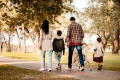 背面图射击了有两个孩子的家庭 免版税库存图片