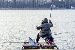 背面图的渔夫铸件实心挑料铁杆风景秋天关闭 免版税库存图片