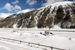 背面图私人喷气式飞机在积雪的机场在阿尔卑斯瑞士在冬天 免版税库存照片
